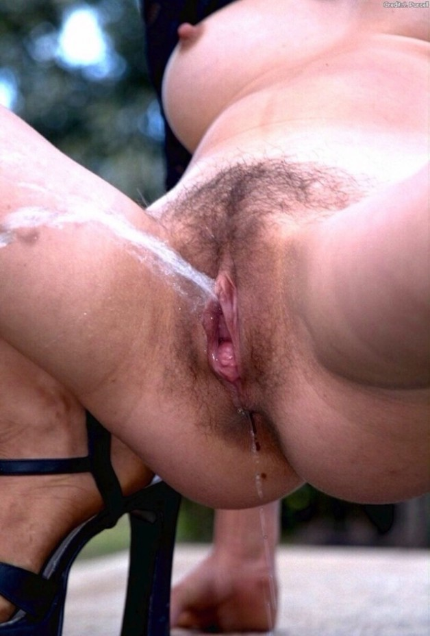 Old hairy vagina pissing