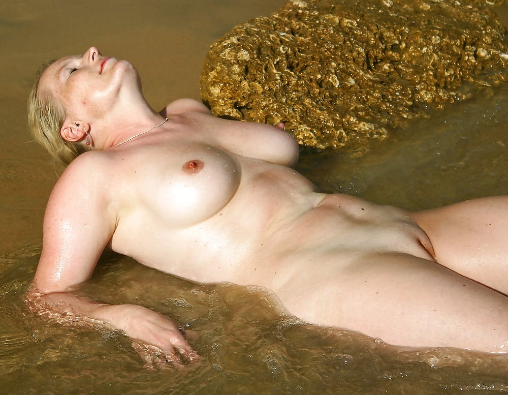 What a woman...her body looks as golden as the rock! Photo in topic Maturesome by Antti2