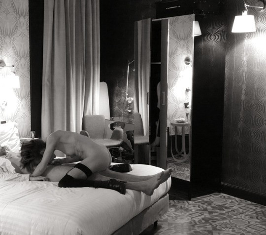 © yolasexlife:  Hôtel room with sexfriend. Pic by hubby...