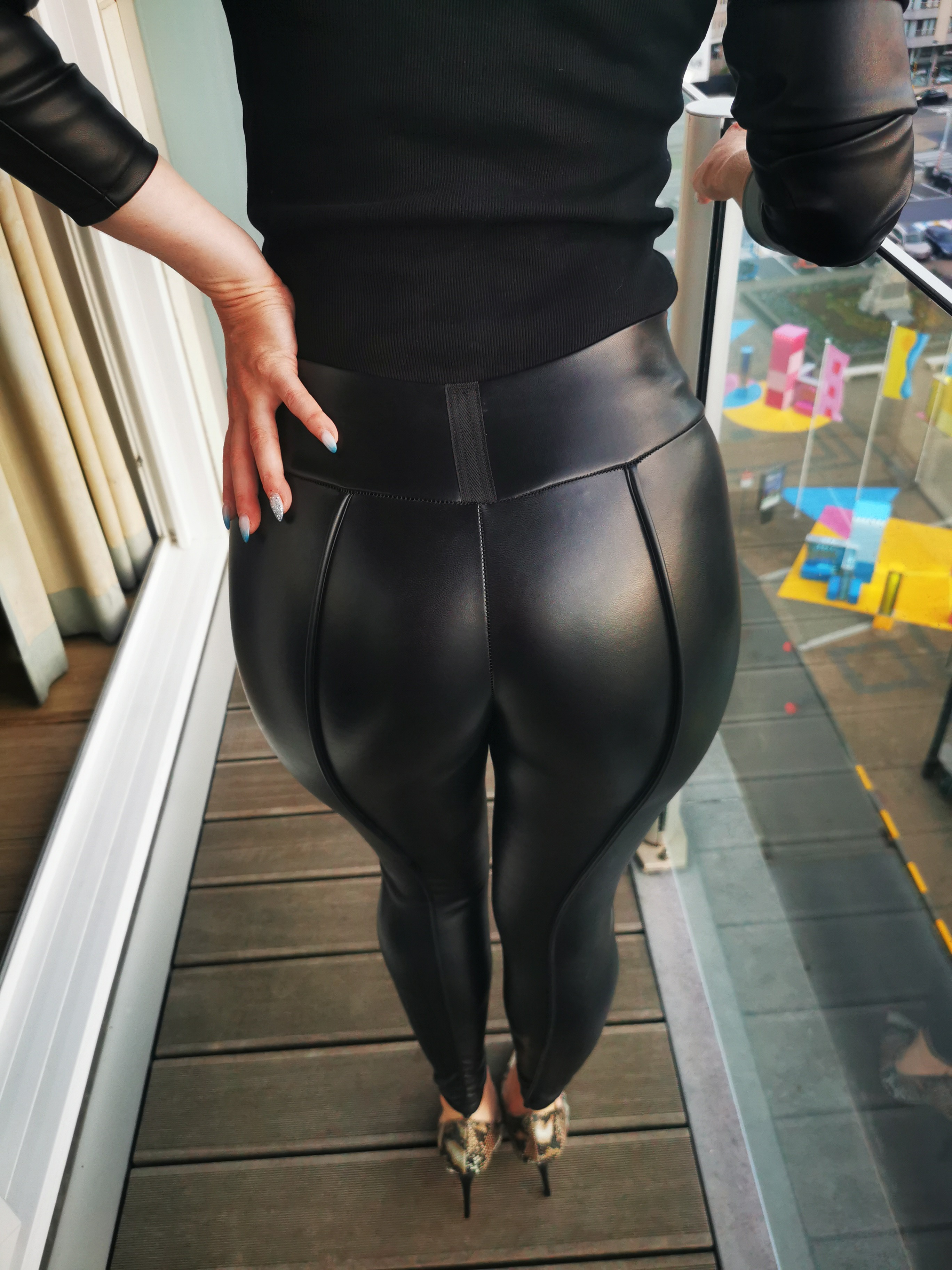 I love a nice looking ass in leather psnts. This is...